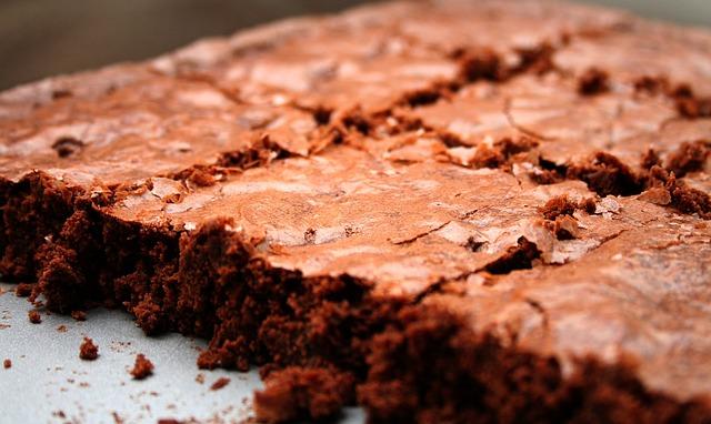 Brownies: ricetta base e idea variante per servirlo