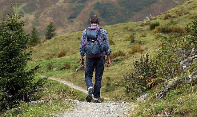 Abbigliamento montagna estate: che cosa deve includere? Quali accessori portare?